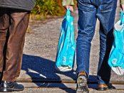 Mann mit Plastiktüten