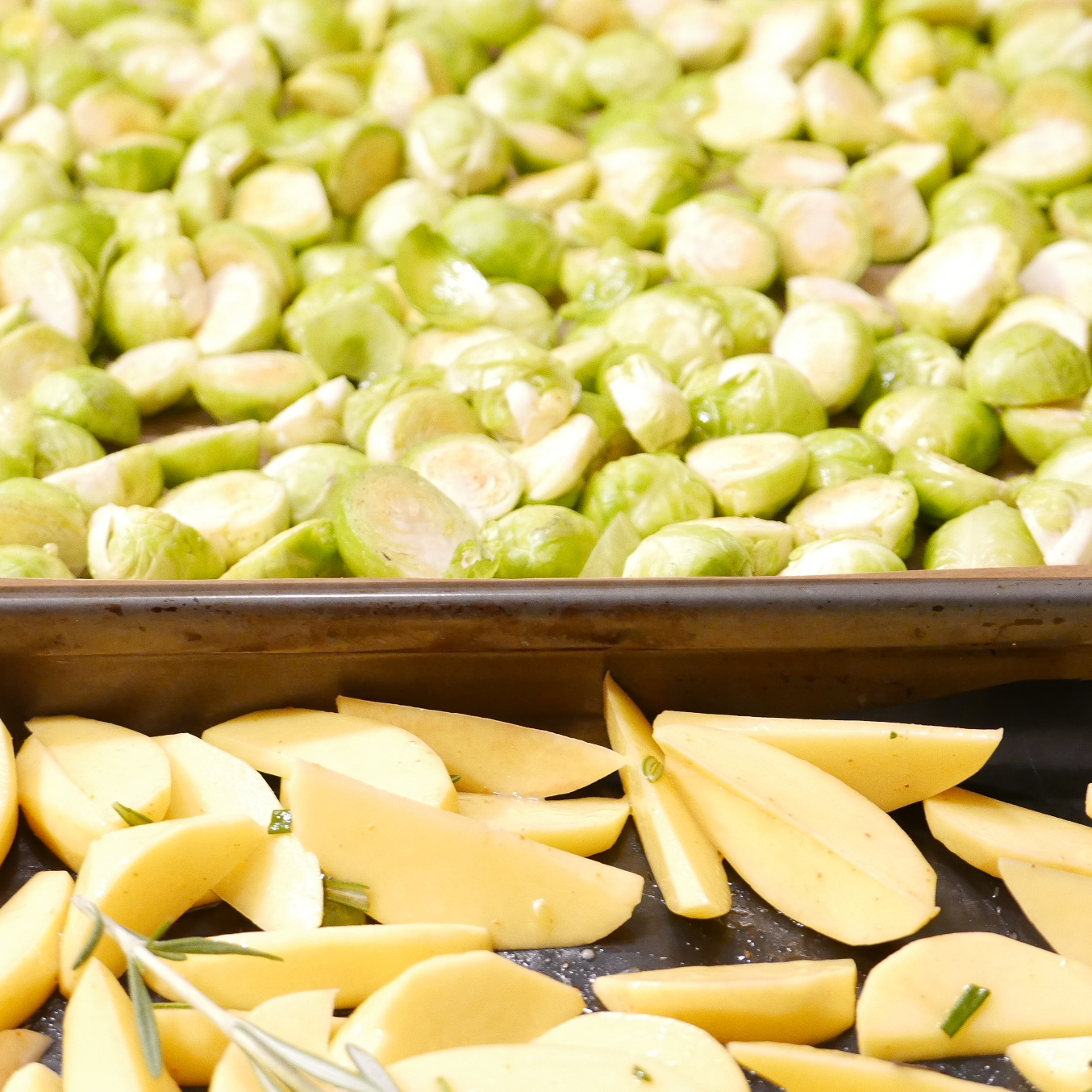 Rosenkohl und Kartoffeln Blech