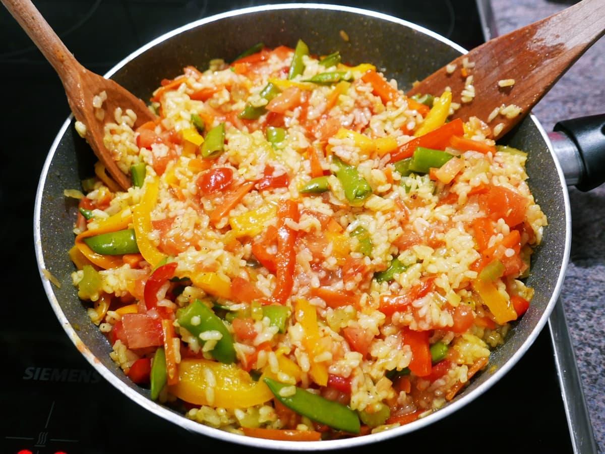 Gemüse-Paella in der Pfanne