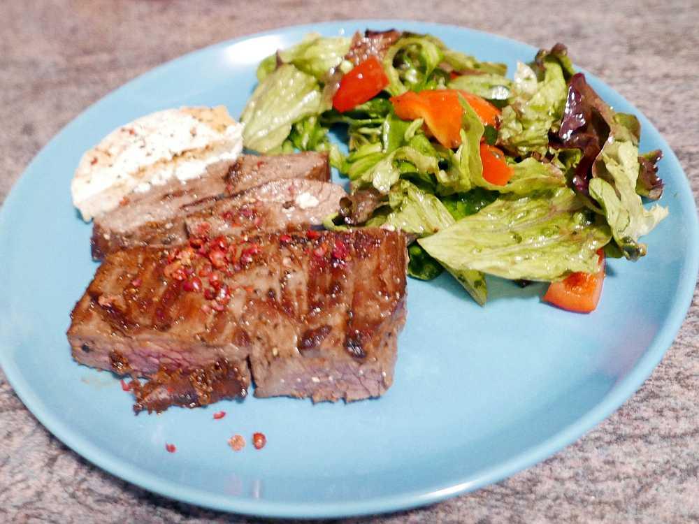 Steak mit Schafskäse und Salat
